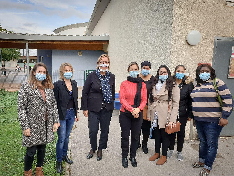 Claire Compagnon, l'enseignante spécialisée de la classe et les mamans de Adam, Leïla, Lorenzo, Lola et Malhone. Dans l'école maternelle Jean-Ponsy, à Grabels, près de Montpellier le 5 octobre 2020.